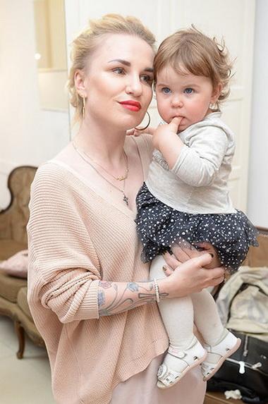 Валерия Гай Германика с ребенком.